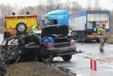 Łódzkie. Potworny wypadek pod Ozorkowem. 32-letni letni kierowca bmw, uderzył w ciężarówkę. Mężczyzna zmarł w szpitalu!