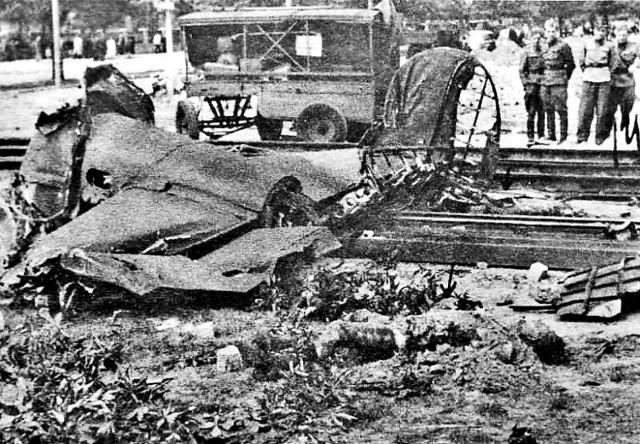 Jeden z większych fragmentów bombowca, który 10 czerwca 1952 roku spadł na Poznań. Obok leżą spalone szczątki jednej ze śmiertelnych ofiar katastrofy.