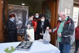 """Tarnów.  Fundacja """"Kromka Chleba"""" rozdała bezdomnym paczki na święta. Było też wielkanocne śniadanie na wynos [ZDJĘCIA]"""