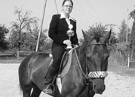 Bożena Haratyk, zdobywczyni głównej nagrody zawodów, na klaczy Hestia.