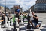 III Wakacyjne Rozgrywki Szachowe w Katowicach. Na rynku można zagrać w gigantyczne szachy i warcaby ZDJĘCIA