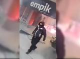 """Marsz Niepodległości. """"Bitwa pod Empikiem"""", napaść na policjantów. Są zdjęcia sprawców, znasz ich? [FILM]"""