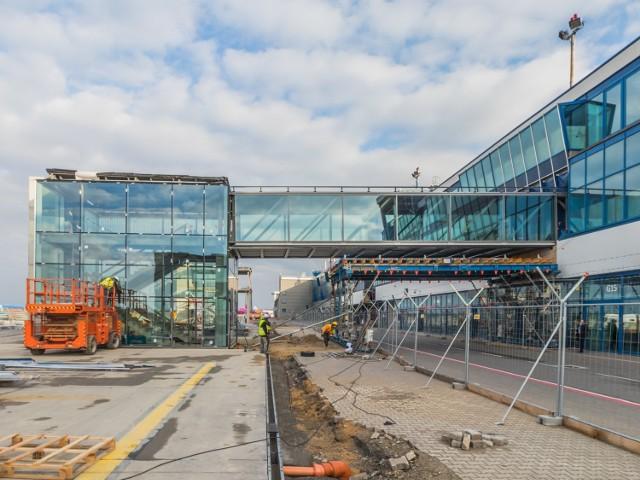 Terminal B w Pyrzowicach w remoncie, styczeń-luty 2020. Jedna z trzech nowych klatek schodowych  Zobacz kolejne zdjęcia. Przesuwaj zdjęcia w prawo - naciśnij strzałkę lub przycisk NASTĘPNE