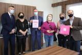 """W czterech kieleckich placówkach umieszczono """"Różowe skrzyneczki"""". Tak miasto walczy z ubóstwem menstruacyjnym"""