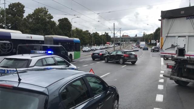 Zderzenie dwóch aut osobowych na zjeździe z Mostu Długiego w Szczecinie
