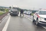 Wypadek na DK8. Jedna osoba w szpitalu, droga w Żubrynie zablokowana