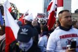 Antycovidowcy razem z kibolami protestują w Warszawie. ''Covid to przekręt polityczny, służący do odebrania nam wolności!''