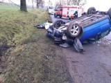 Samochód dachował w Rywałdzie. Trzy osoby trafiły do szpitala [zdjęcia]