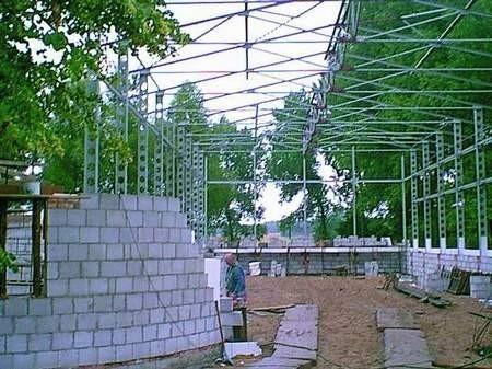 Tadeusz Tokarski podczas pracy na budowie sali sportowej w Lipiej Górze.