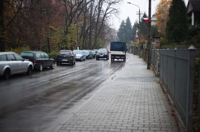 Na ulicy Orackiej widać, że kierowcy parkują jak chcą