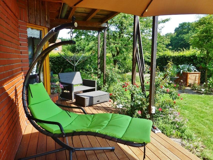 Ogrodzenie, brama garażowa, taras i meble ogrodowe, czyli wszystko, co warto odświeżyć na wiosnę wokół domu! Modne i praktyczne rozwiązania