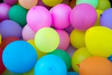 Życzenia na 18-te urodziny śmieszne, wesołe, zabawne wierszyki na osiemnastkę [20.10.2021]