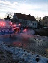 Kibice Górnika Wałbrzych z racami w dłoniach zatrzymali autobus koszykarzy jadących na mecz z Czarnymi Słupsk