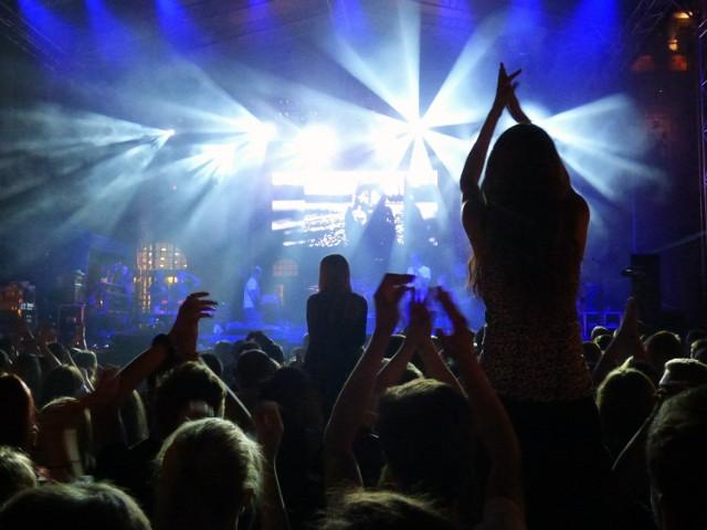 """Lolek Hula to cykl imprez w popularnym """"Lolku"""" na Polu Mokotowskim. Imprezom towarzyszy muzyka na żywo, wyśmienite jedzenie z grilla i nie tylko, a w roli głównej rozhulany parkiet.  W najbliższy piątek na scenie Lolka wystąpi zespół The Stars – grający covery nieśmiertelnych hitów oraz DJ McDa  Kiedy: 24.08.2018 Gdzie: Pub Lolek (Pole Mokotowskie) Cena: wstęp bezpłatny"""