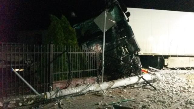 Wypadek w Koźminku. Ciężarówka wjechała w posesję