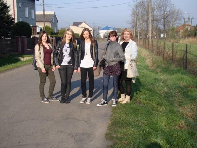 Uczennice z Bobrka i sołtys Helena Szewczyk (z prawej) na ul. Ogrodowej, gdzie potrzebny jest chodnik