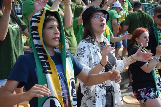 Kibice Falubazu Zielona Góra, jak zawsze dali z siebie wszystko. Znakomicie wspierali żużlowców w czasie ekstraligowego meczu z Włókniarzem Częstochowa. Zawodnicy Falubazu bardzo starali się odwdzięczyć dobrą jazdą. Jazda nie była zła, ale wynik meczu już tak, zielonogórzanie przegrali 44:46.   Obejrzyjcie w naszej GALERII zdjęcia z trybun zielonogórskiego stadionu >>>>