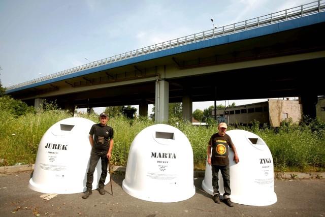Jurek i Zyga przy swoich kontenerach. Na razie stoją w sąsiedztwie ich domostwa, niebawem trafią na ulice