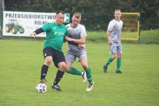 """Wiślacy (zielone stroje) przegrali z Powiślem Dzierzgoń 0:3 grając całą drugą połowę meczu w """"dziesiątkę"""""""