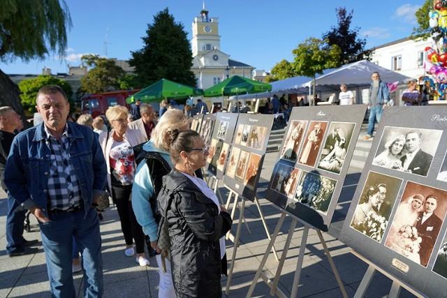 W niedzielę na Placu Wolności w Grójcu uczestnicy imprezy retro mogli oglądać wystawę poświęconą Mieczysławowi Foggowi.
