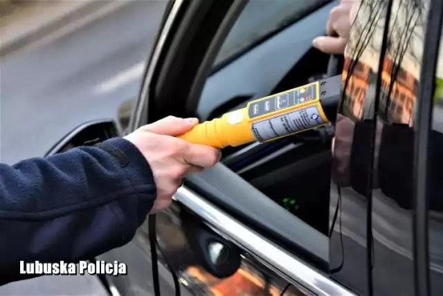 Policjanci z Gubina zatrzymali mężczyznę, który wsiadł za kierownicę po alkoholu i do tego miał zakaz prowadzenia pojazdów.