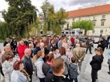 Spacer z prezydentem Kalisza. Mieszkańcy oglądali inwestycje w mieście. ZDJĘCIA