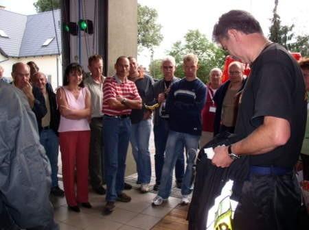 Dużym zainteresowaniem kolarzy cieszyła się czerska remiza strażacka. Mundury pokazuje Andrzej Kuchenbecker (po prawej), komendant Miejsko-Gminnego Związku OSP w Czersku.