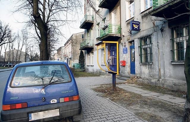 Na ulicy Pokoju w godzinach szczytu  samochody  parkują na przykład na chodniku