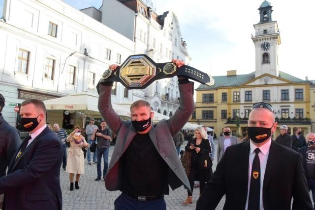 Jan Błachowicz został w rodzinnym Cieszynie powitany z honorami godnymi mistrza  Zobacz kolejne zdjęcia. Przesuwaj zdjęcia w prawo - naciśnij strzałkę lub przycisk NASTĘPNE