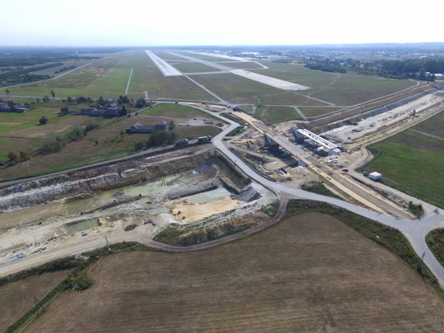 Na zdjęciach z drona, wykonanych w sierpniu 2018 widać pas startowy lotniska i spore części wybetonowanej już A1