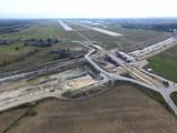 Autostrada A1 powstaje blisko pasa startowego pyrzowickiego lotniska [ZDJĘCIA z DRONA]