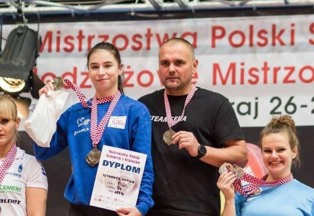 Monika Szymanek z klubowym trenerem Sebastianem Ołubkiem
