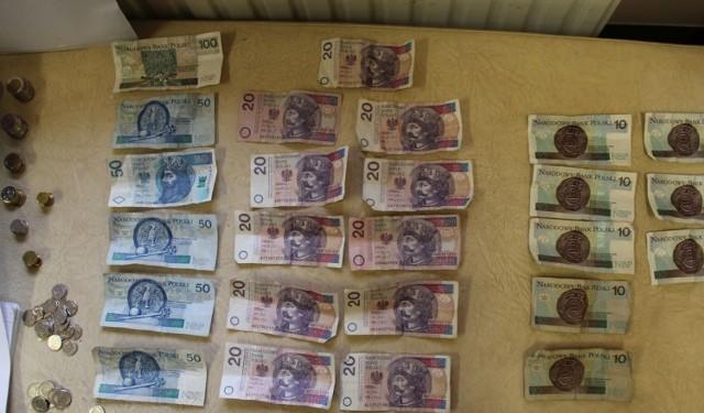 Pieniądze zabezpieczone podczas przeszukania gabinetu 67-latki