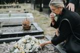 Żałoba – jak sobie z nią radzić? Jakie są etapy żałoby i ile trwa proces godzenia się ze śmiercią bliskich? Czym jest żałoba powikłana?