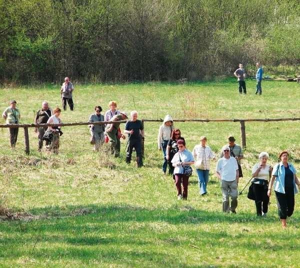 Po między zamkami w Mirowie i Bobolicach spacerują tłumy ludzi.