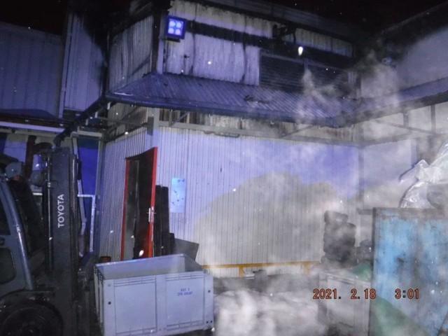 Pożar w zakładzie produkcyjnym przy ul. Partyzantów w Bochni, 17/18.02.2021