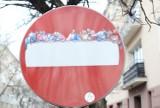 """Banksy z Warszawy. """"Ostatnia wieczerza"""" ozdobiła znak drogowy"""