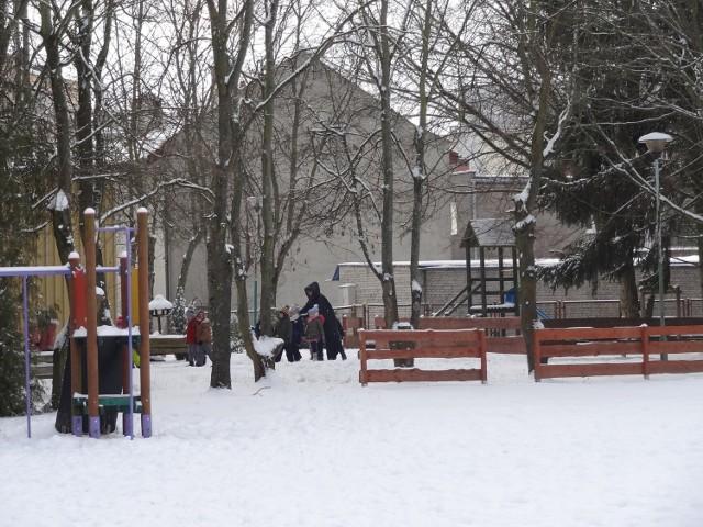 Na plac zabaw z gromadką dzieci to raczej za wcześnie, chociaż z jednym maluchem czemu nie.