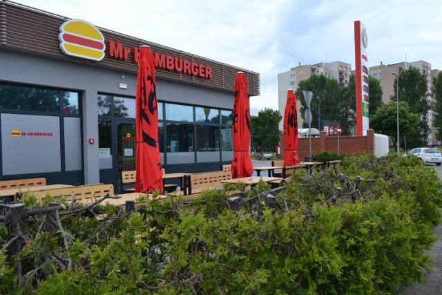 Nowy lokal Mr Hamburger przy ulicy Piłsudskiego 15 stanął obok stacji benzynowej. Dawniej mieścił się tutaj McDonald's. Otwarcie już 5 sierpnia (czwartek).   Zobacz kolejne zdjęcia. Przesuń w prawo - wciśnij strzałkę lub przycisk NASTĘPNE