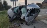Jastew. Samochód osobowy rozbił się na przydrożnym słupie, kierowca trafił do szpitala