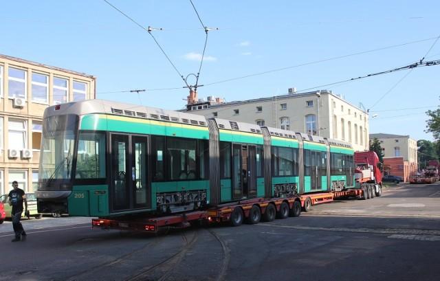 Tramwaje z Helsinek dotarły do Łodzi 7 lipca o godz. 5 rano. Zobacz zdjęcia z transportu tramwajów