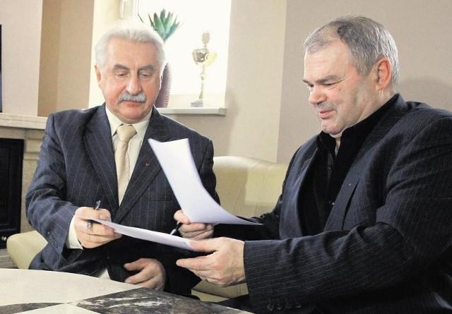 Prezesi Lech Piasny (z lewej) i Zdzisław Nowak podpisali umowę o współpracy firmy Lechma i PKB Poznań
