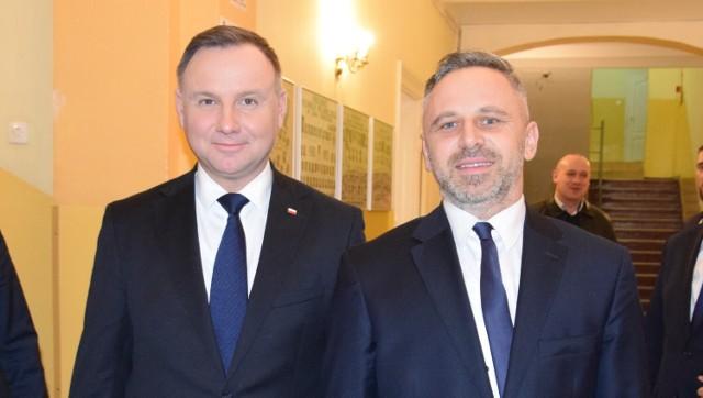 Arkadiusz Stefaniak (z prawej, na zdjęciu z prezydentem Andrzejem Dudą) złożył dziś mandat radnego Rady Powiatu Chełmińskiego