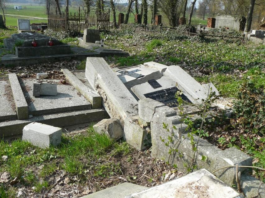 SULMIERZYCE - Dwa tysiące za wskazanie tych, którzy poniszczyli groby. ZOBACZ ZDJĘCIA