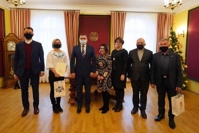 Po raz drugi wręczono nagrody specjalne burmistrza Człuchowa. W tym roku trafiły one do rąk osób zaangażowanych w wolontariat i akcje pomocowe dla mieszkańców oraz do przedstawicieli dwóch wyróżniających się klubów sportowych.