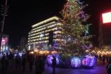 Świąteczne ozdoby na rynku. Jest św. Mikołaj, są też renifery i sanie. To nowa ozdoba