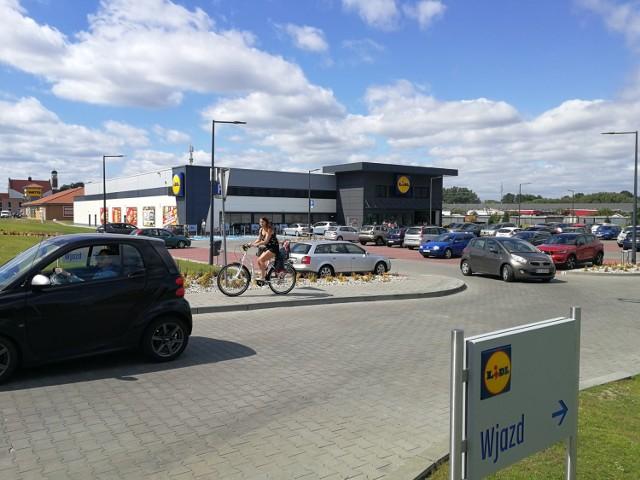 Nowy sklep powstał w miejscu, gdzie wcześniej był supermarket InterMarche. Niemiecka sieć sklepów ma w Toruniu kilka sklepów i cieszą się one powodzeniem wśród klientów. A kiedy znikną ostatnie delikatesy Piotr i Paweł?  CZYTAJ DALEJ >>>>>  Tekst: Paulina Błaszkiewicz   Zobacz także: Podwyżki w Lidlu: w 2020 roku większe zarobki dla pracowników na kasie i nie tylko  Czytaj także: Zarobki na kasie w Reserved, CCC, Wojas, Top Secret, Mohito, Sinsay, New Yorker i inne sklepy odzieżowe. Ile zarabia kasjerka?