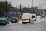 Ulewa w Krakowie, ulicami płynęły strumienie. Zalało torowiska i przejazdy pod wiaduktami [ZDJĘCIA]