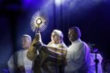 """Koncertu """"Corpus Dei"""" koninianie mogli wysłuchać przed kościołem św. Maksymiliana Kolbe ."""