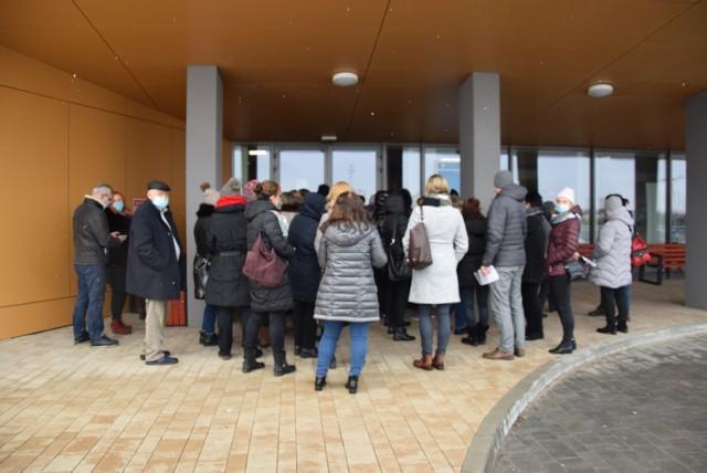 Przed szpitalem czekały osoby do szczepień oraz do rejestracji.